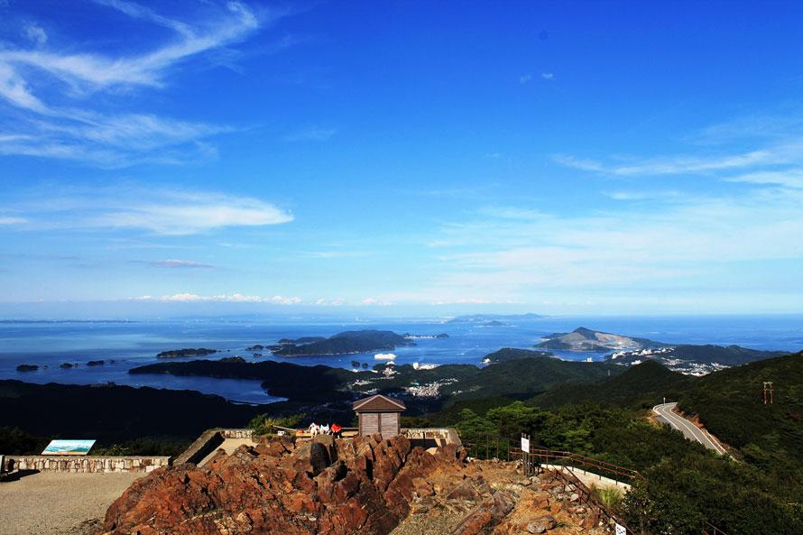 360度パノラマの景色が広がる「朝熊山頂展望台」。すがすがしい空気とすばらしい景色を楽しみながら、開放感たっぷりの時間を過ごすことができる。