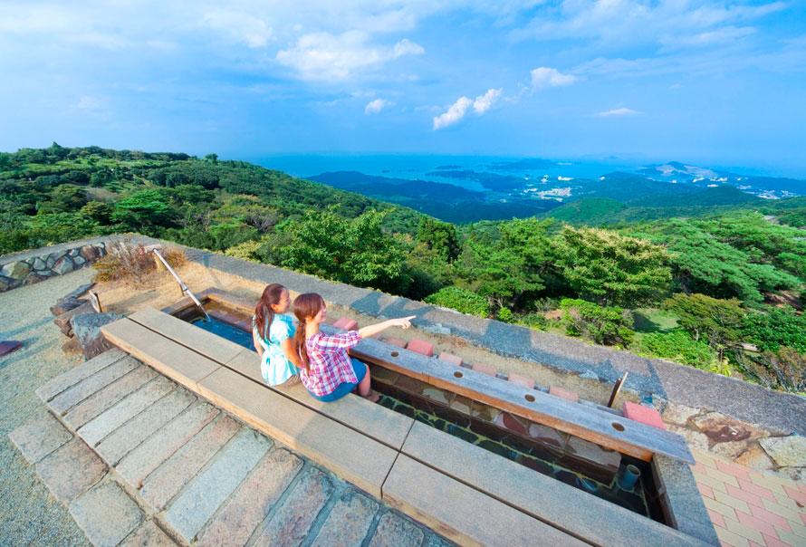 朝熊山頂にある「展望足湯」は、リラックスしながら伊勢湾を眺めることができる。運が良ければ、遠くに富士山が見えるかも!営業時間は10~16時(天候・点検整備のため休止あり)。