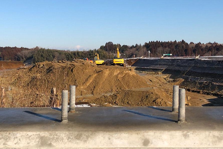 東関道自動車道の建設現場。右奥に見える鉾田IC料金所から先の掘削工事が進行中。