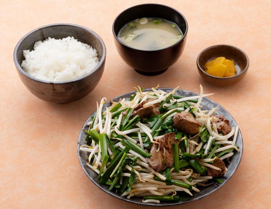 「ニラレバ炒め定食」900円(税込)はボリュームたっぷり。特産品のニラと、厳選した鶏レバーでスタミナもつく。