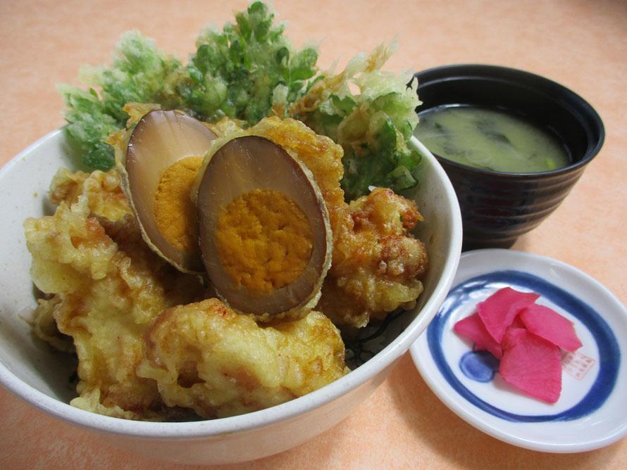フードコートの人気グルメといえば、これ。鶏の天ぷら5個に、ゆで卵、春菊の天ぷらがのった「鶏天丼」700円(税込)は、ボリュームたっぷりでうれしい!