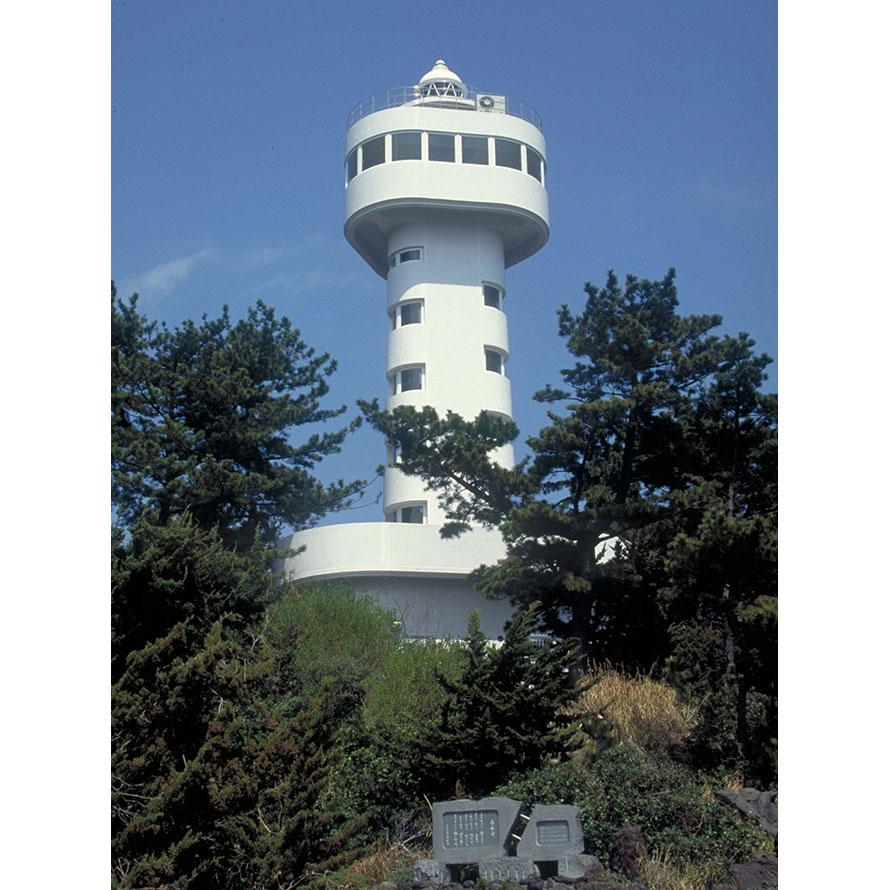 昭和35年(1960)3月建設の門脇灯台は、平成7年(1995)5月に展望台付きに改築された。高さは地上24.9mあり、地上17mにある展望室と、地上4mにある展望台から景色を楽しめる。晴れた日には遠く伊豆七島や天城連山が見えることもある。