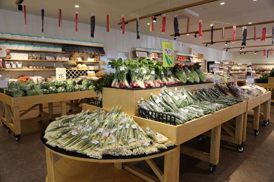 農産物直売所「四季彩市場」は、果樹栽培の盛んな土地ならではの充実ぶりで、サクランボ、ナシ、モモ、プラム、ブドウ、リンゴ、柿などの四季折々の果物が並ぶ。種類だけでなく それぞれの品種の豊富さもポイント。もちろん野菜も豊富に揃っている。生産者が毎日出荷する新鮮な農作物は、お土産にしても喜ばれそう。