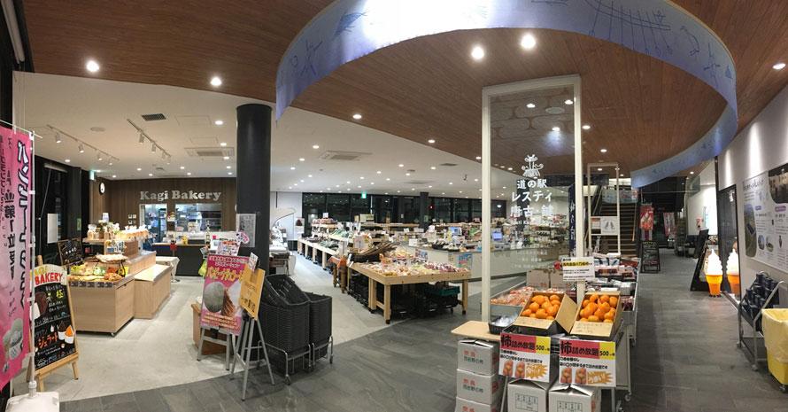 奈良名産の柿や田原本町名産のメロン、大和の伝統野菜・味間イモなど、地元の農産物はもちろん、県内のお土産も充実。