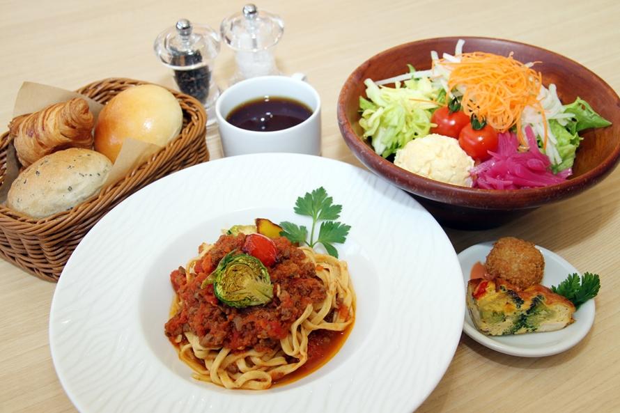 レストラン「SAiTABARAS(サイタバラス)」のランチは、選べるメイン料理、パン、サラダ、デリカテッセン、飲み物がセットになっており、価格はメイン料理によって異なる。上記写真のメイン料理「鹿肉のジビエボロネーゼのパスタ」の場合は1200円(税込)。