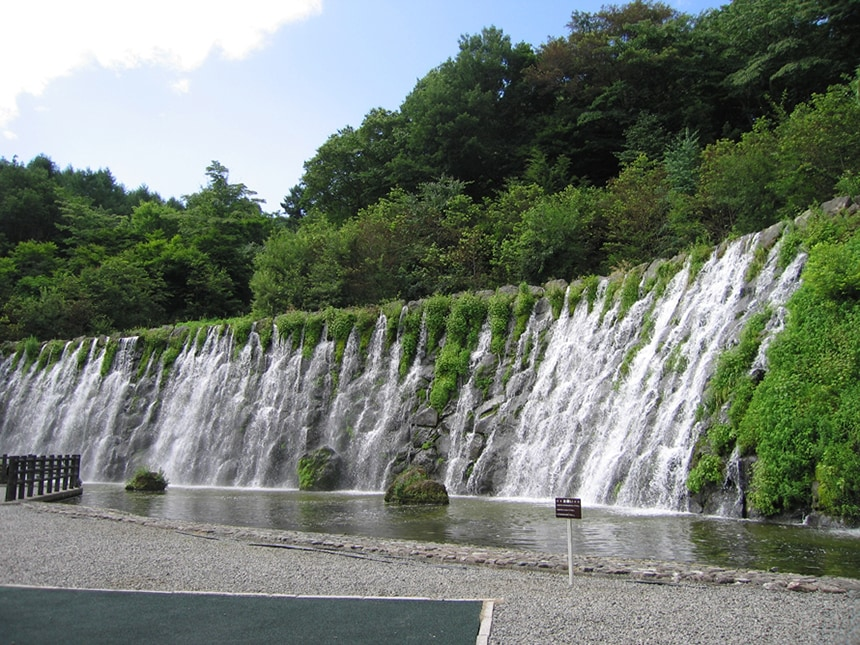 「明神の滝」は落差10m、幅80mと迫力たっぷり。マイナスイオンもたっぷりで癒されること間違いなし。(清流の里エリア内)