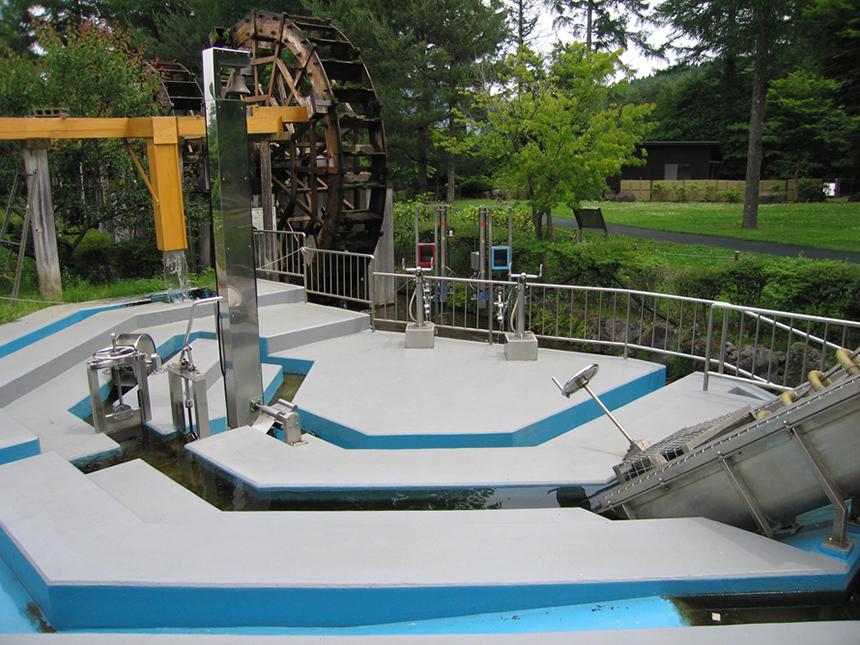 「水遊具広場」では、人が水を利用する際の仕組みを遊びで体験できる。水がパイプの中をさかのぼる「アルキメデスのポンプ」、的に水を当てる「水鉄砲」などの遊具で遊ぼう。(清流の里エリア内)