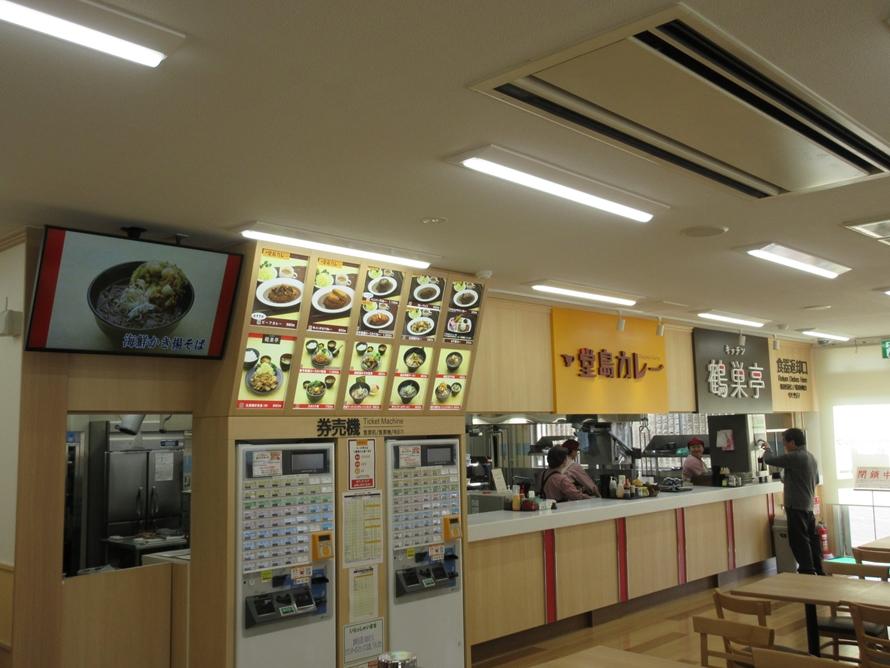 リニューアルされたフードコートでは「堂島カレー」が東北自動車道初出店。「鶴巣亭」自慢の「仙台味噌ラーメン」もおすすめ。