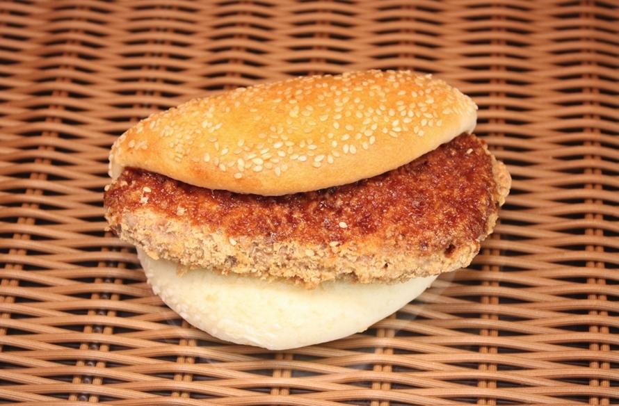 仙台味噌を使用したご当地パンは、小腹が空いたときにぴったり。店内で焼き上げているので、できたてを食べることができる。写真は「仙台味噌のやわらかカツサンド」380円(税込)。
