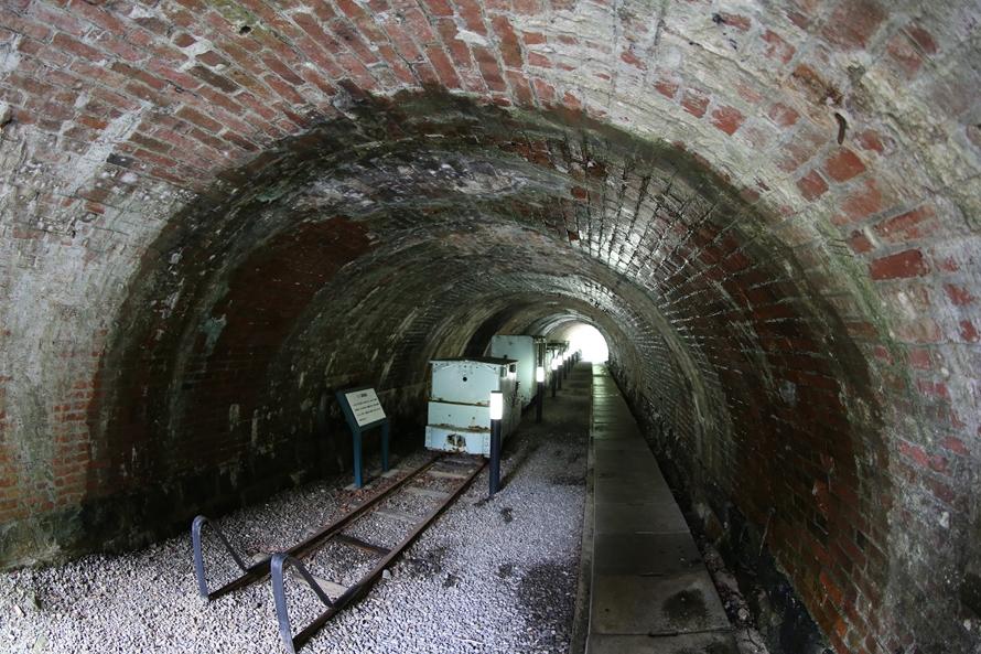 「小マンプ」と呼ばれる、東平ゾーンにある短いトンネル。現在は、東平にゆかりのある鉱山運搬機器の展示場になっている。