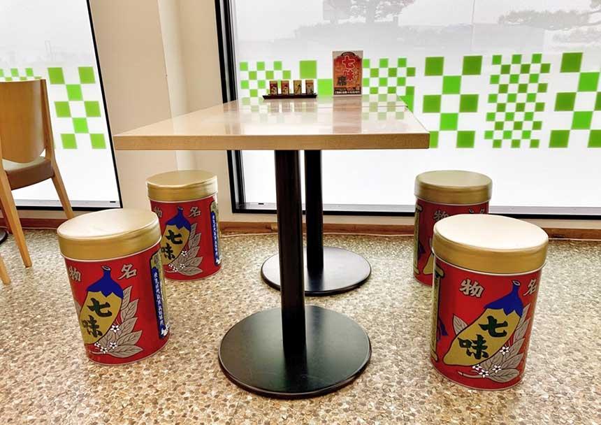 フードコートの七味席では、老舗七味唐辛子店「八幡屋礒五郎」の七味4種を自由に試すことができる。ショッピングコーナーで販売しているので、気に入った味はおみやげとして購入しよう。