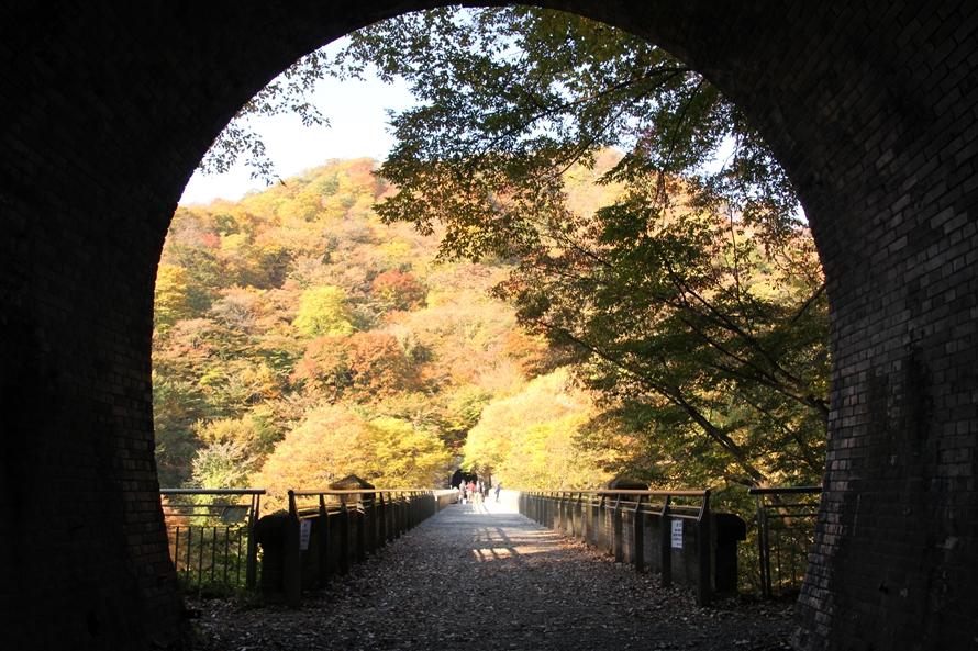 めがね橋は5号トンネルと6号トンネルに挟まれている。トンネルからめがね橋方向へカメラを向けると、おもしろい構図の写真が撮れそうだ。