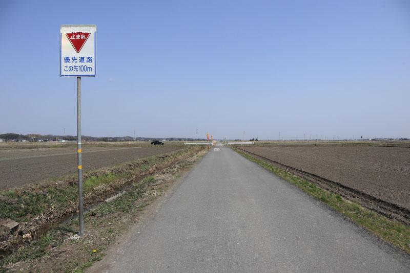 優先道路と直交する道路。交差点の100mも手前に「止まれ」の標識が。