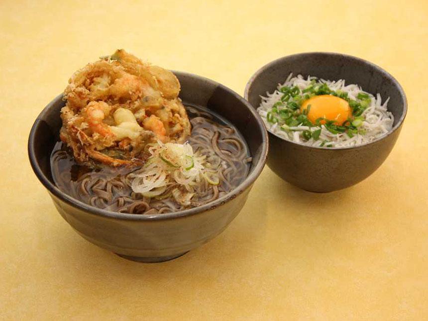 フードコート「鶴巣庵」の「海鮮かき揚げそば ミニしらす丼」880円(税込)は、「海鮮かき揚げそば」に、リニューアルを機に開発した「ミニしらす丼」をセットにした新メニューだ。