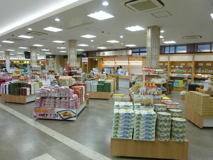 ショッピングコーナーは明るく快適になり、お土産選びがさらに楽しめるようになった。