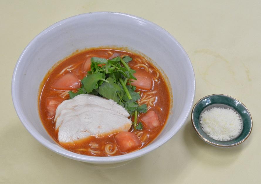 施設のリフレッシュオープンに伴い、フードコートでは栃木県産野菜を使ったラーメンを新発売。ニンニクと味噌ダレが効いた「tomatoラーメン」880円(税込)は、食べ終わった後にライス(別売)を入れるとリゾット風にもなり二度楽しめる一品だ。ほかに「レモンラーメン」850円(税込)、宇都宮産の「宮ゆず」を使った「宮ゆず塩ラーメン」850円(税込)などもおすすめ。