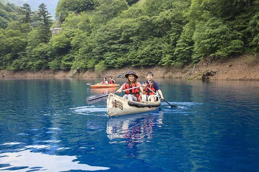 カヌーなどのアクティビティ体験もできる。間近で見る湖水の青みに思わず見入ってしまう。