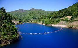深くて濃い不思議な青にうっとり!四万ブルーに輝く奥四万湖へドライブ 群馬県中之条町