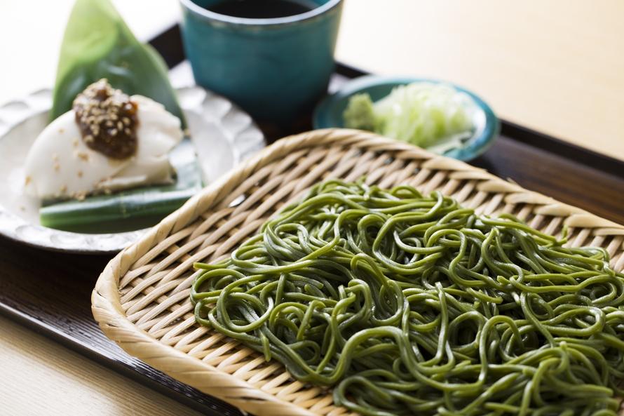 地元農家から届く新鮮な農産物や惣菜のほか、南部茶を使ったオリジナルのお土産や、山梨の名産品が並ぶショップ「なんぶ・村の駅」。