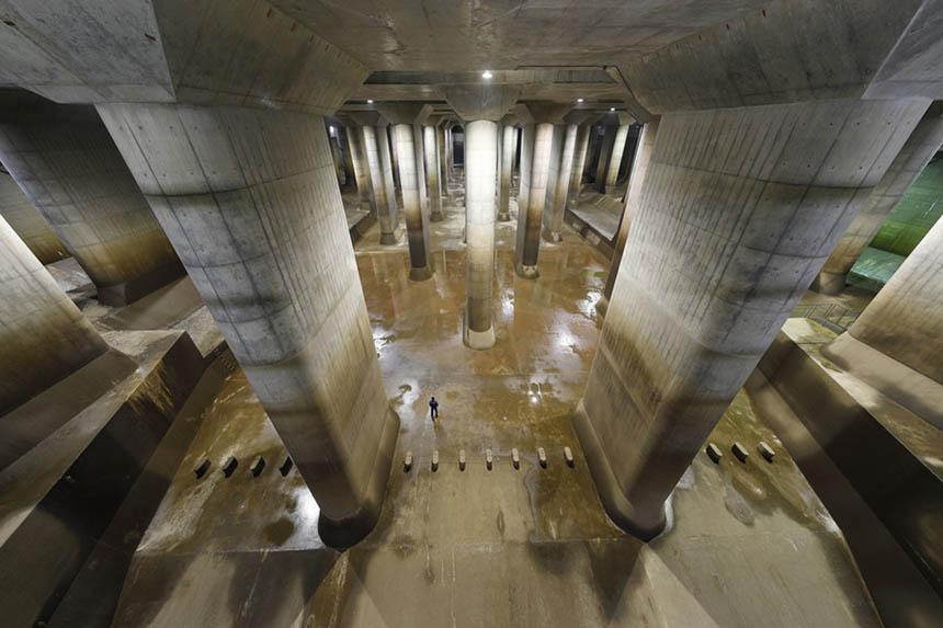 「調圧水槽」は、地下トンネルから流れてきた水の勢いを弱め、スムーズに流すための巨大プール。幅78m、長さ177m、高さ18mあり、まるで地下神殿のよう。見学会の3コースいずれも見学できる。