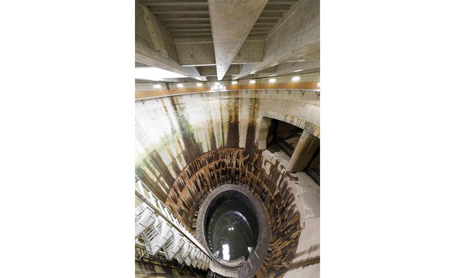 「立坑」は各流入施設から水を取り込む施設で、見学会では、第一立坑を見学することができる。深さは約70mあり迫力たっぷり。さらに、「迫力満点!立坑体験コース」では、キャットウォーク(作業員用通路)を歩き、立坑内の階段を途中まで降りる体験ができる。