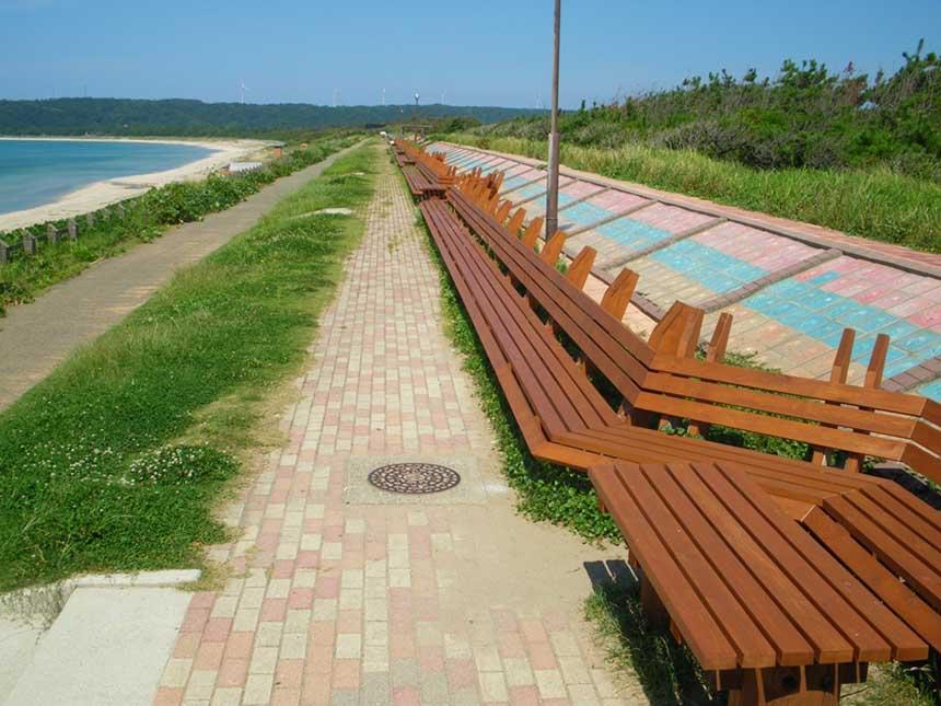 「世界一長いベンチ」を、「世界一美しいベンチ」にしようと、毎年5月に地元小中学生や観光協会、商工会などが協力してペンキ塗りを行っている。