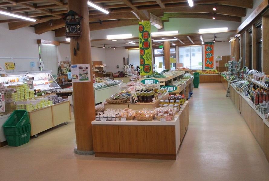 産直市(ウッドクラフトセンター内)には、販売会員約150名が心を込めて作った野菜や加工品、食品などが揃っている。