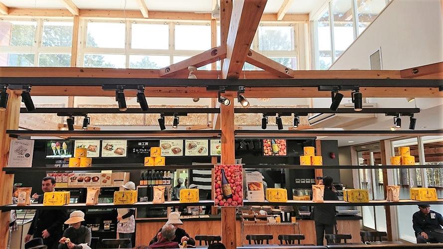 ガレットやジェラートをを提供するカフェスペースはおしゃれな雰囲気。本格的なガレットとおいしいコーヒーがいただけると評判。
