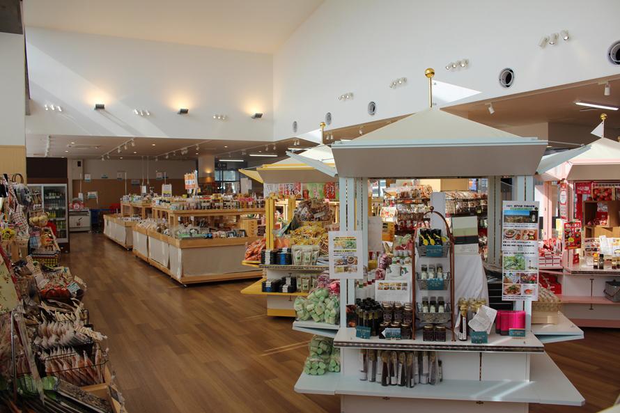 市川市の特産品が並ぶ市場「メルカートいちかわ」。「市川の梨」や落花生を使ったお菓子は、お土産にぴったり。