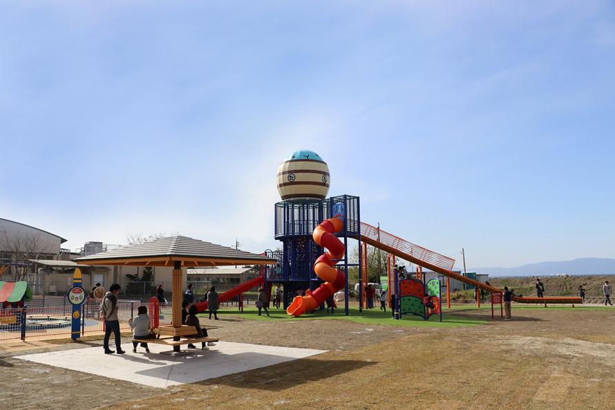 「子ども広場」では家族連れがのびのび遊ぶことができる。大型遊具は子どもに大人気。