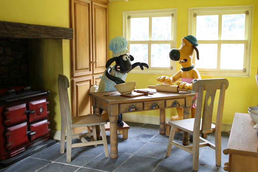 「牧場主の家」の中に足を踏み入れると、ショーンとビッツァーの姿が!室内の様子も忠実に再現されているのでじっくり観賞しよう。