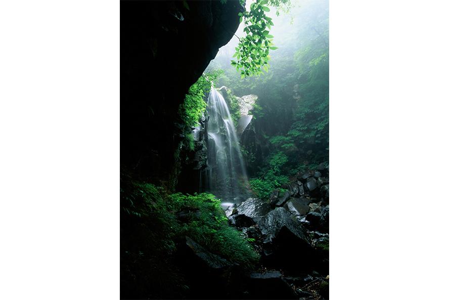 おしらじの滝周辺には、小さな滝がたくさんあり、トレッキングにもおすすめ。ここ「赤滝」は、滝行に使われる滝で、撮影スポットとしても人気。