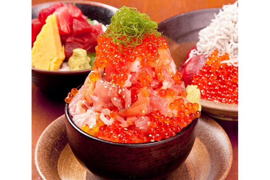 「伊豆高原ビール 海の前のカフェレストラン」の漁師の漬け丼。2462円(税込)。