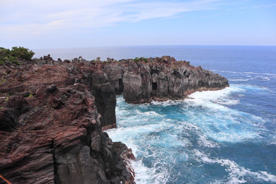 門脇岬は門脇吊橋を渡った先にある。溶岩はゴツゴツしているので、歩きやすい靴がおすすめ。