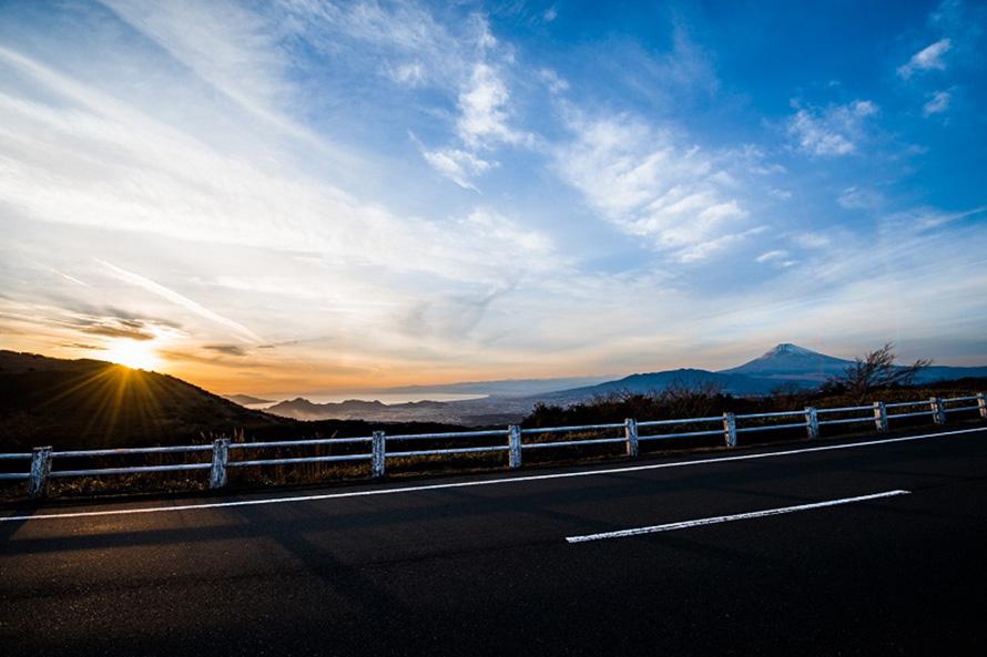 玄岳駐車場付近から見た夕景の富士山。シルエットになった姿がきれい。