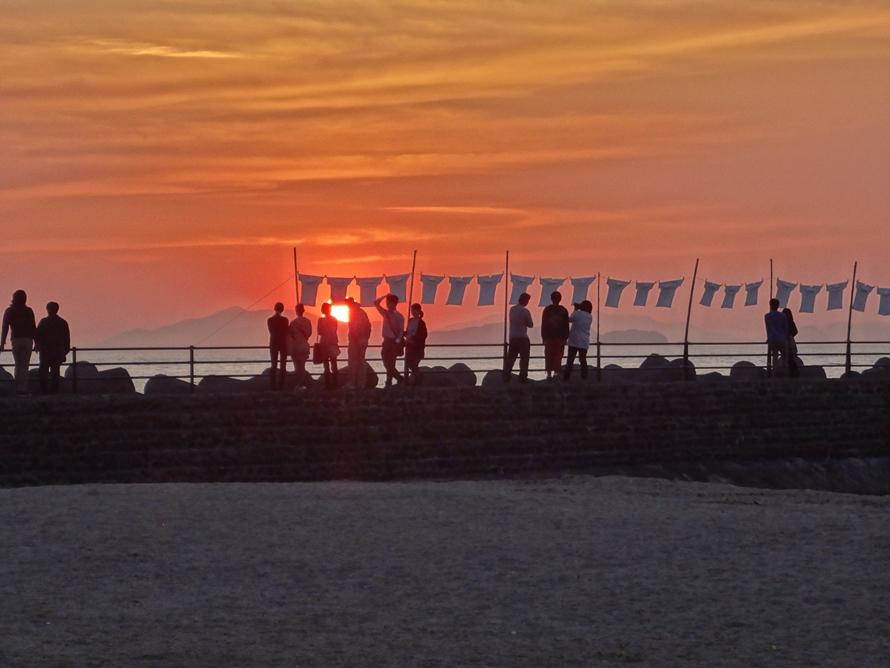 自作のTシャツを「しずむ夕日が立ちどまる町 双海町」の海に展示することができる「ふたみTシャツアートフェスティバル 2019」。自作Tシャツの応募は2019年5月20日~8月20日、イベントは2019年9月14日~16日開催。たくさんのTシャツが夕日に染まる光景はのどかで美しい。