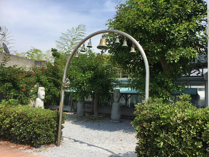 「恋人の聖地」に認定された、ふたみシーサイド公園。「幸せの鐘」は、カップルに人気のスポットのひとつ。