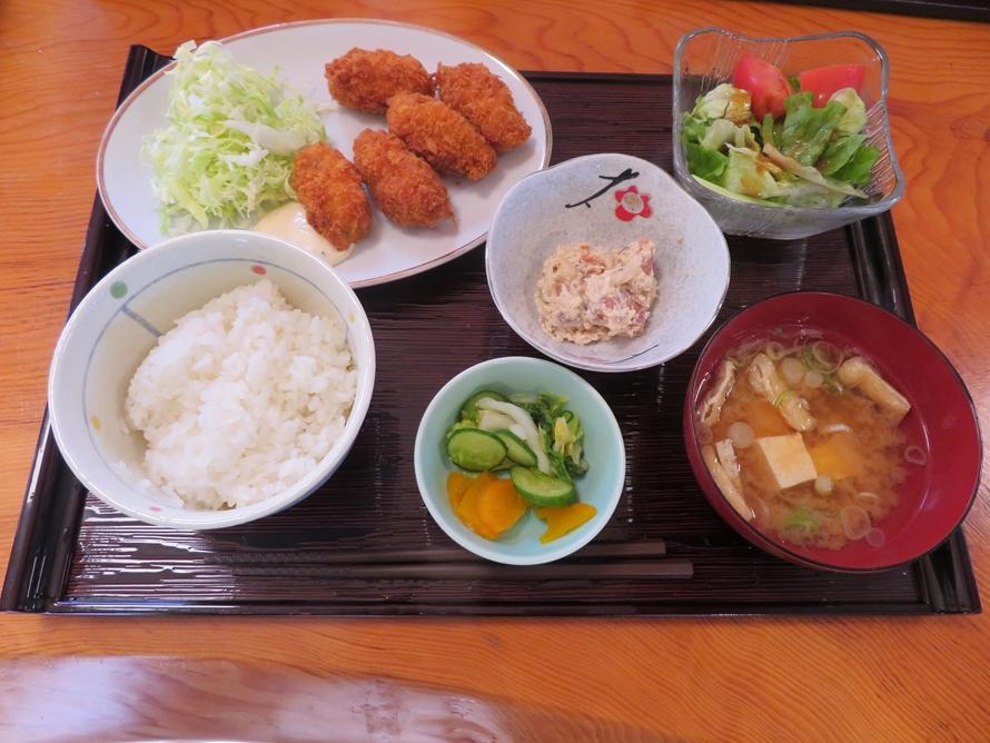 海の幸、山の幸のどちらか選べる「味処むろね」の日替わり定食各650円(税込)。メニューには産直の野菜が使われている。写真は海の幸。