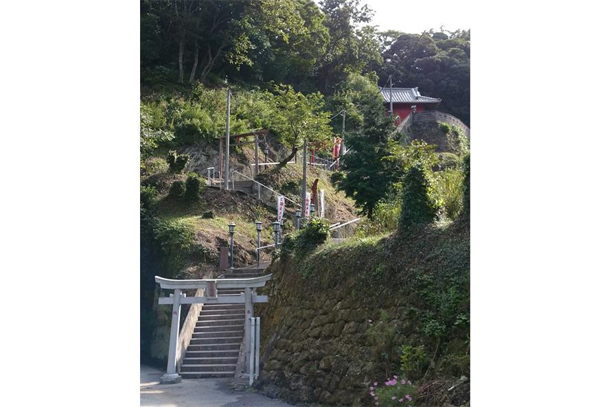 切通しトンネルを抜けると燈籠大師堂までの階段が待ち受ける。