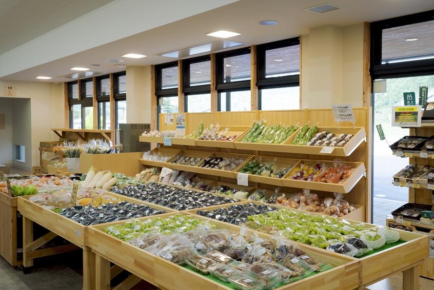 地元で採れた野菜や果物などが充実。シーズンにはオリジナルのブドウブランド「イクサカラット」が並ぶので、あれこれ購入して食べ比べしよう。