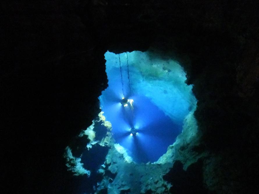 観光の最終地点となる第三地底湖は水深98m。この奥にもさらに地底湖があることが確認されている。現在も調査は継続中。