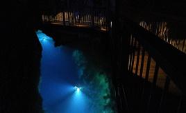 夏でもひんやりの避暑スポット!ドラゴンブルーの世界が広がる鍾乳洞へドライブ 岩手県岩泉町