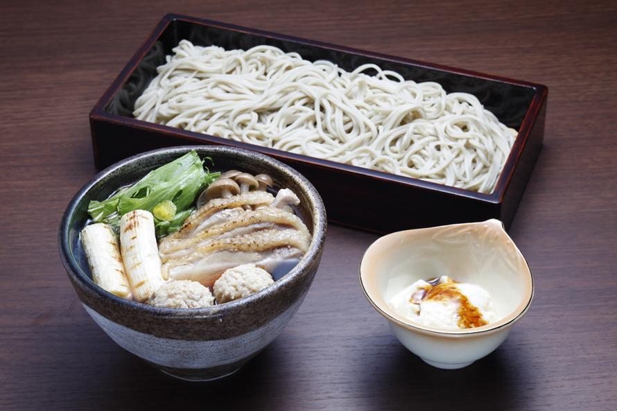 高速道路を降りずとも、茨城が誇る「常陸秋そば」を食べられるのが、友部SA(下り)の魅力。「手打ち蕎麦処 常陸庵」の「奥久慈しゃもせいろ」1700円(税込)は茨城の食材が使われたおすすめの一品だ。