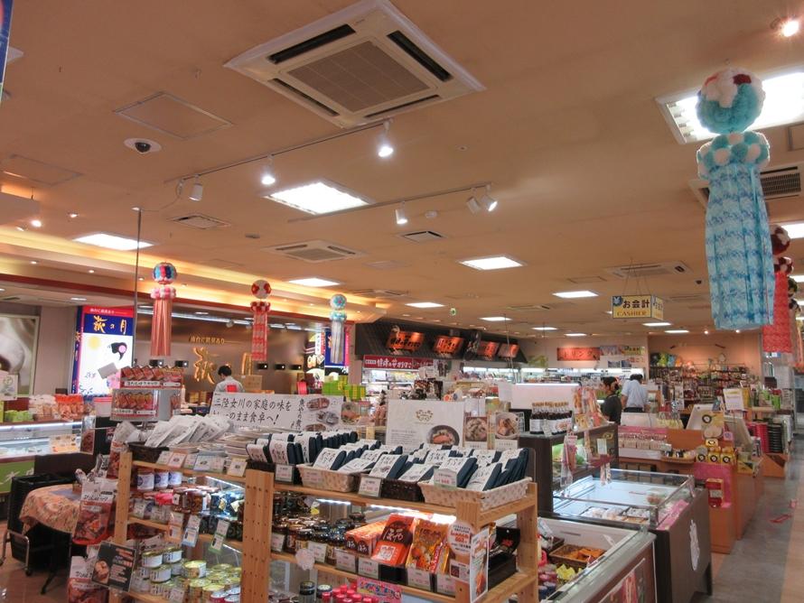 仙台銘菓「萩の月」や牛タン、笹かまほか、東北エリア限定のお菓子にいたるまで、さまざまなお土産がズラリと並ぶショッピングコーナー。充実したラインナップが魅力。