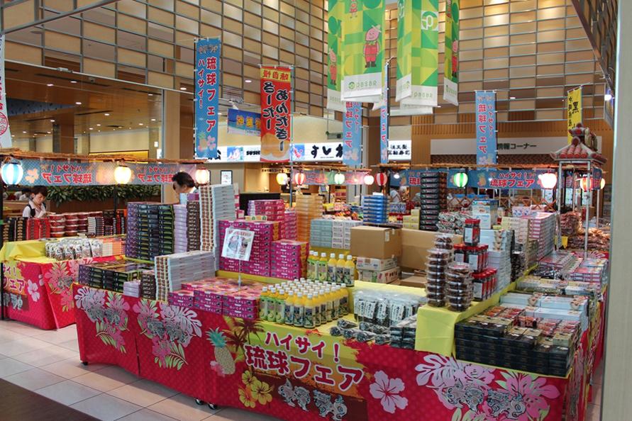 2~3週間ごとに各地の物産市などの催し物が行われる「アトリウム」スペース。おみやげ探しが楽しくなること間違いなし。(画像は2019年7月9~23日開催の「沖縄物産市」)