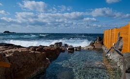 迫りくる白波は圧巻!大海原の絶景を望む露天の岩風呂でほっこり 和歌山県白浜町