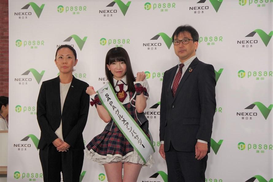 オープン前日の7月28日(日)に内覧会が行われた。NEXCO東日本SA・PAグルメアンバサダーのもえのあずきさんも登場し、フードコート「翁の郷」のうどんなど、蓮田グルメを満喫&かわいくPR。