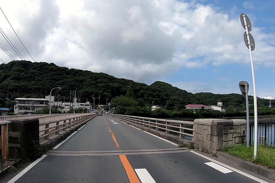 湊川にかかる「港橋」。この先がシーサイドラインのハイライト。
