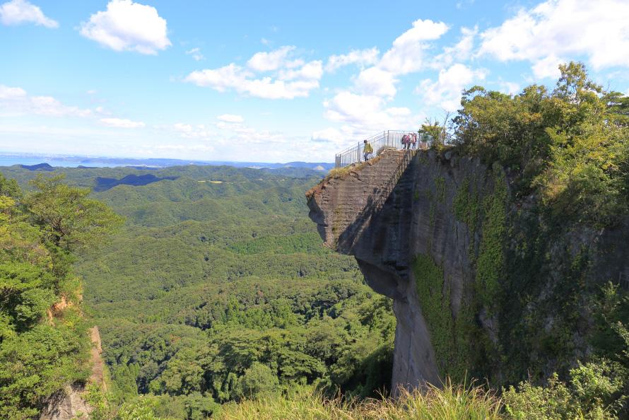 鋸山名物の「地獄のぞき」。断崖の上にせり出したテラス状の岩から下を覗くだけで、足がすくんでしまう人も多い。