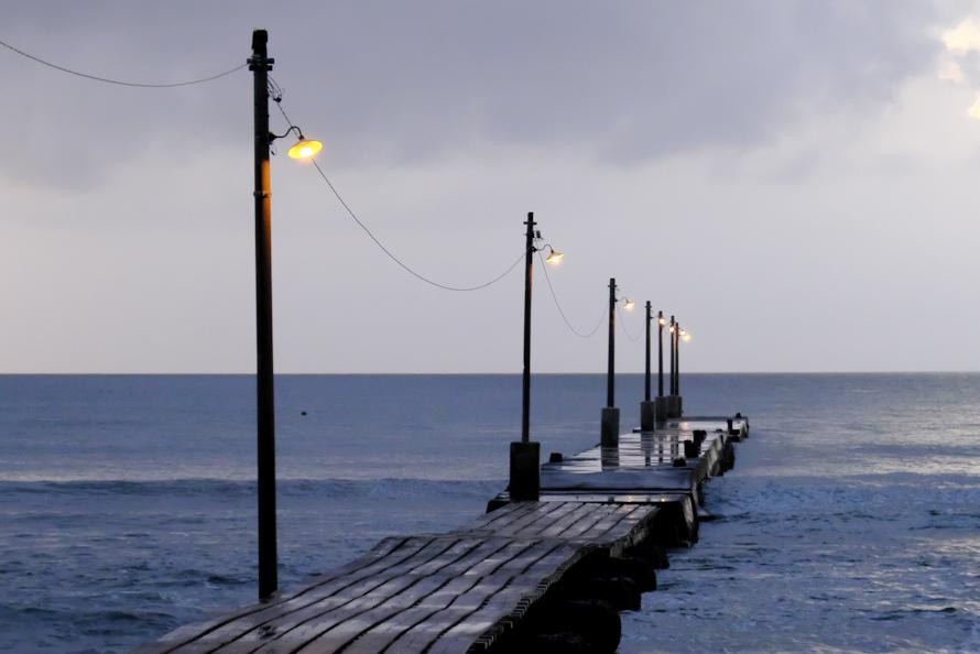 レトロな雰囲気たっぷりの木製桟橋。